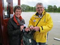 03 Rob Bilderbeek verkoopt het eerste kaartje aan Gerda Kalsbeek.
