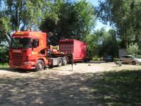 04. Melis komt aan met de rode container