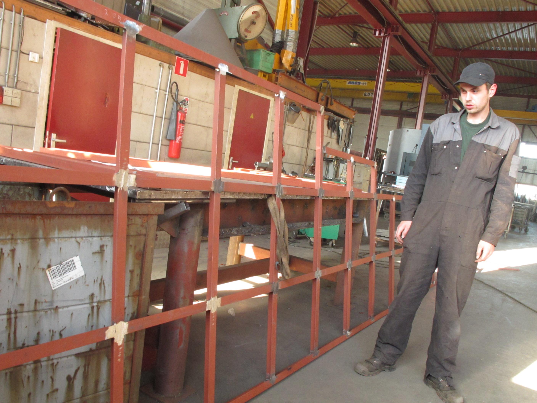 07. Jan Lam, stagiair van het REJA college bij zijn werkstuk. De ramen van het zomerpaviljoen. Klasse Jan!