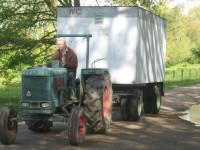 Met zijn antieke tractor reed Rini Storm de toietwagen van de Rosandepolder naar de Stadsblokkenwerf