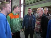 10. Stagiairs Dennie en Harrie met vrijwillige leermeesters Hans van de Wetering en Kees van 't Hoff. In het midden docent Marc de Ruiter van het REA-college