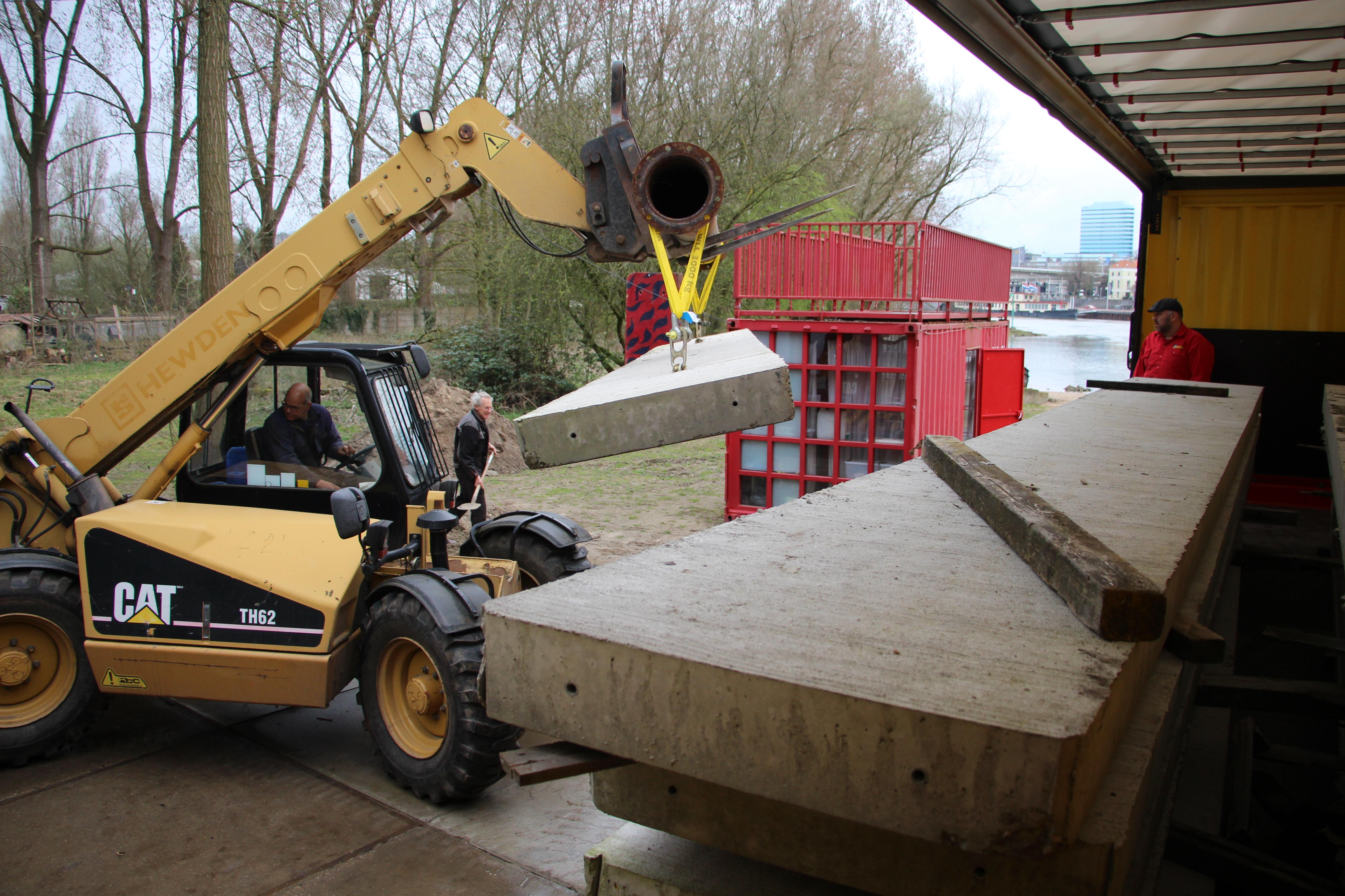 6. Met hulp van Misti worden de betonplaten op de Stadsblokkenwerf gelost.