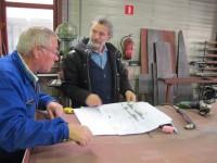 8. Leermeester Henk Keizer (vrijwilliger) en ontwerper Ruudjan Kokke bestuderen de tekeningen